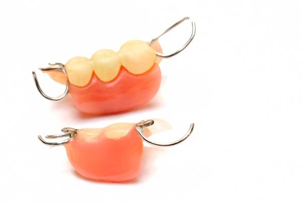 入れ歯のお手入れ、正しくできていますか?